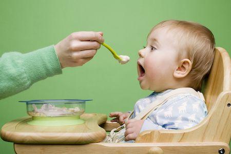chế độ ăn không đủ chất xơ nguyên nhân gây táo bón ở trẻ