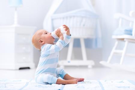 sữa công thức là một nguyên nhân gây táo bón ở trẻ
