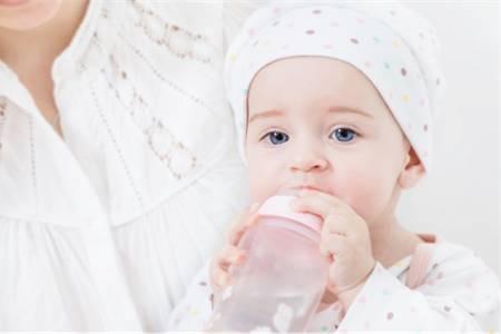 cho-tre-uong-du-nuoc cho trẻ uống đủ nước táo bón điều trị