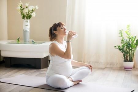 uong-du-nuoc-giam-tao-bon uống đủ nước giảm táo bón 3 tháng cuối thai kỳ