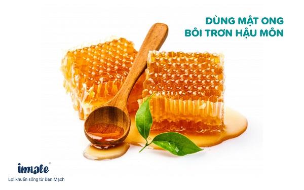 dùng mật ong bôi trơn hậu môn cho trẻ táo bón