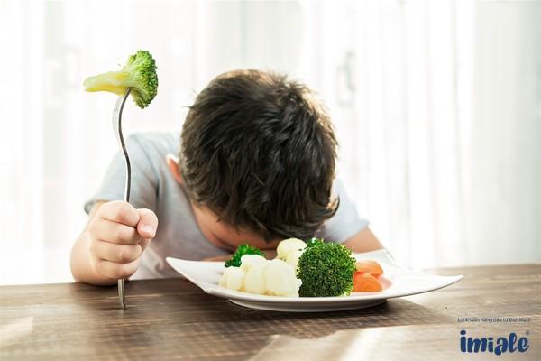 Trẻ lười ăn rau gây táo bón