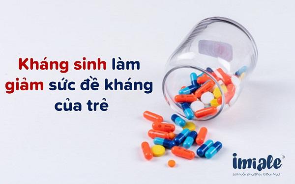 kháng sinh khiến trẻ hay ốm vặt do giảm sức đề kháng