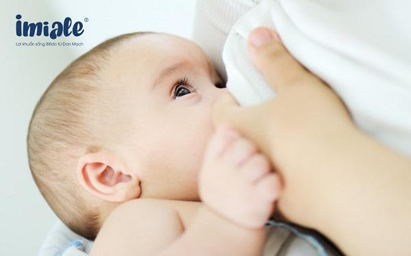 sữa mẹ giúp giảm trẻ hay ốm vặt