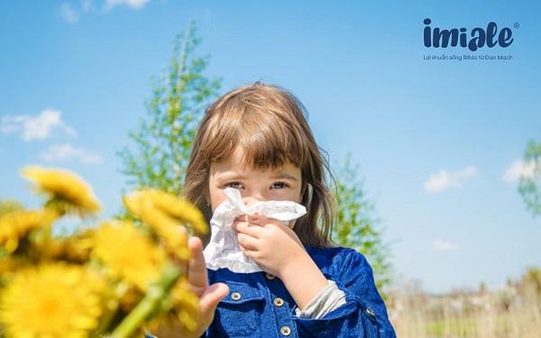 trẻ em hay ốm khi giao mùa