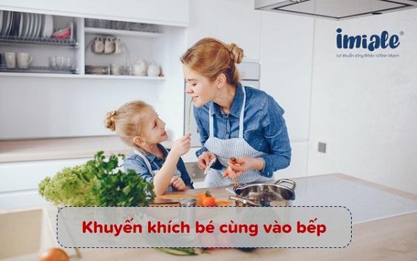 khuyến khích bé vào bếp để cải thiện trẻ biếng ăn