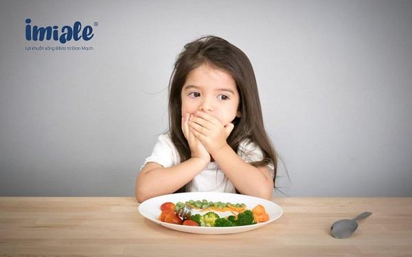 trẻ đi học biếng ăn