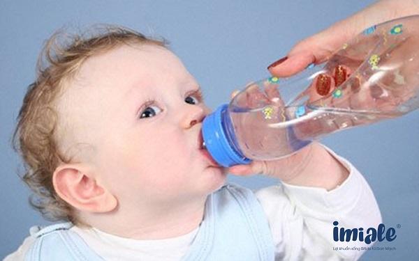 cho trẻ uống nước