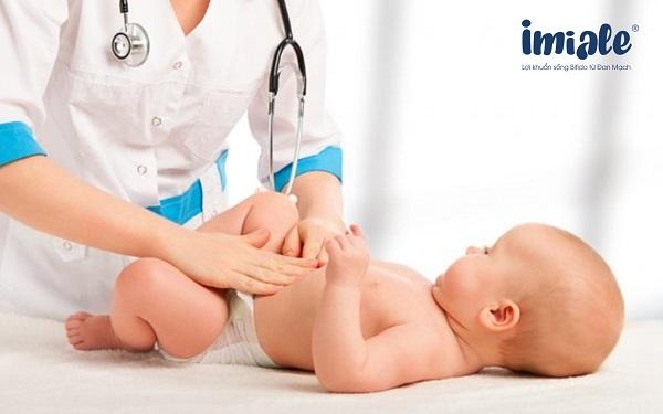đưa trẻ gặp bác sĩ