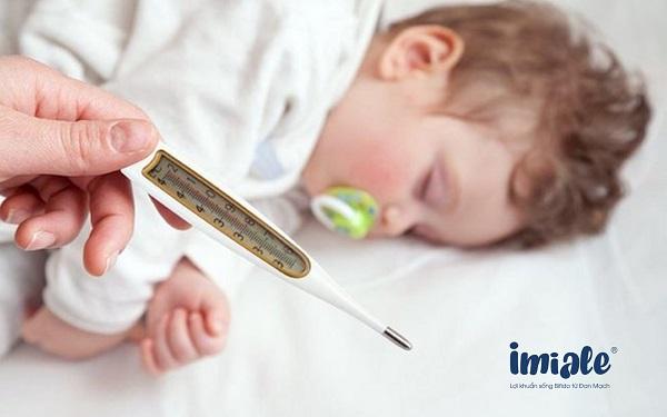 trẻ bị sốt mọc răng